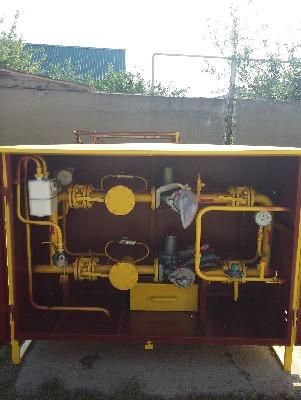 Газорегуляторный пункт шкафной ГРПШ-04-2У1 с основной и резервной линиями редуцирования, одностороннего обслуживания, с обогревом газовым, регуляторы РДНК-400, не утепленный одна стенка, краны фланцевые, ИПД на ФГ, напоромер на выходе, счетчик на